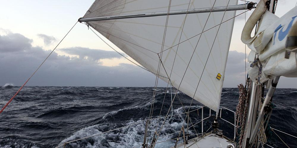 Segelyachten im sturm  Sturm auf einer Segelyacht – Segelführung und vorbereitende Taktik