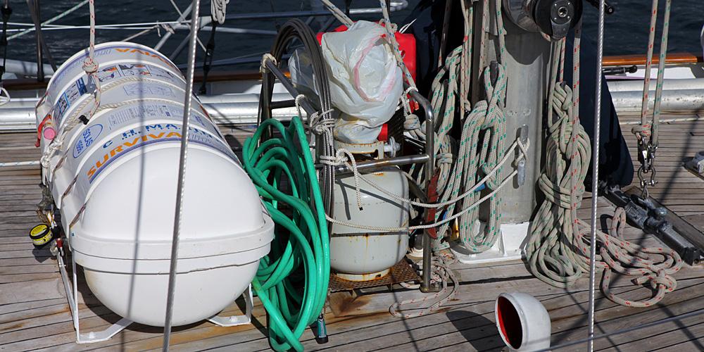 rettungsinsel-an-deck